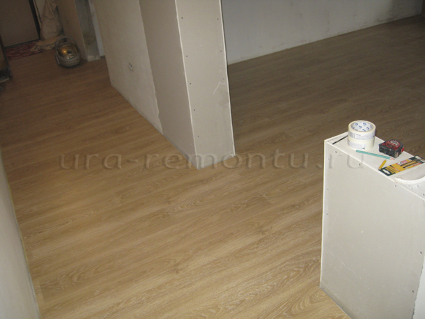 Ламинат на полу в интерьере гостиной своими руками