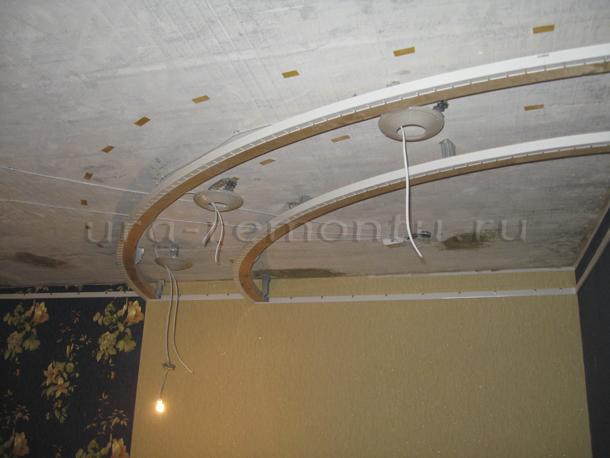 Зонируем пространство с помощью натяжных потолков в интерьере гостиной