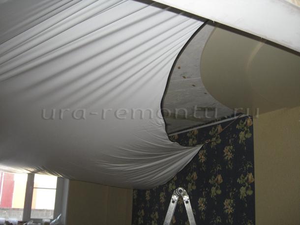 Процесс установки натяжного потолка для создания интерьера гостиной фото