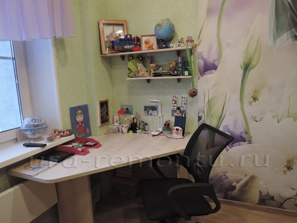 Рабочий стол в интерьере детской комнаты