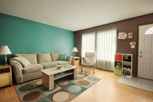 Как подобрать два вида однотонных обоев в гостиную