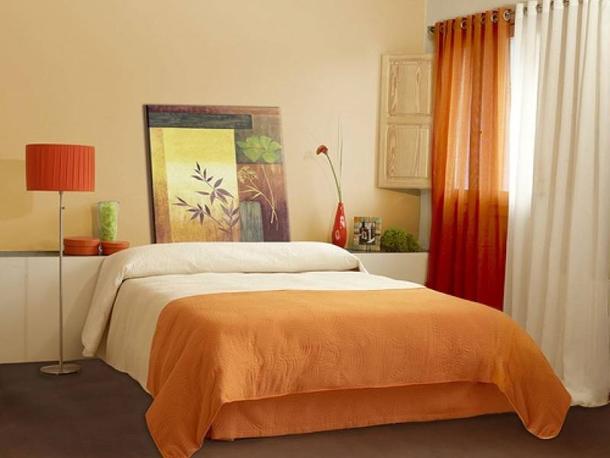 Как подобрать яркие шторы в спальню