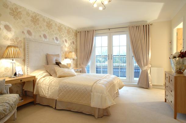 Какие подобрать шторы в спальню с бежевыми обоями