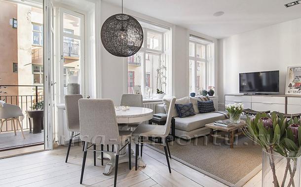 Интерьер гостиной с мебелью в светлых тонах