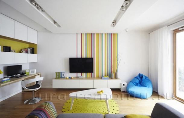 Яркие оттенки в интерьере гостиной в светлых тонах